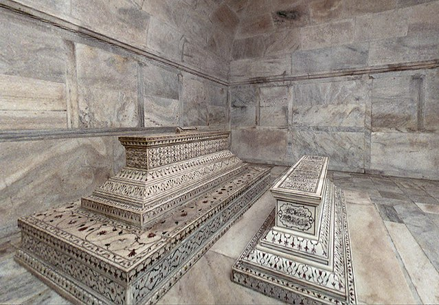 The actual tombs of Mumtaz Mahal and Shah Jahan in the lower level