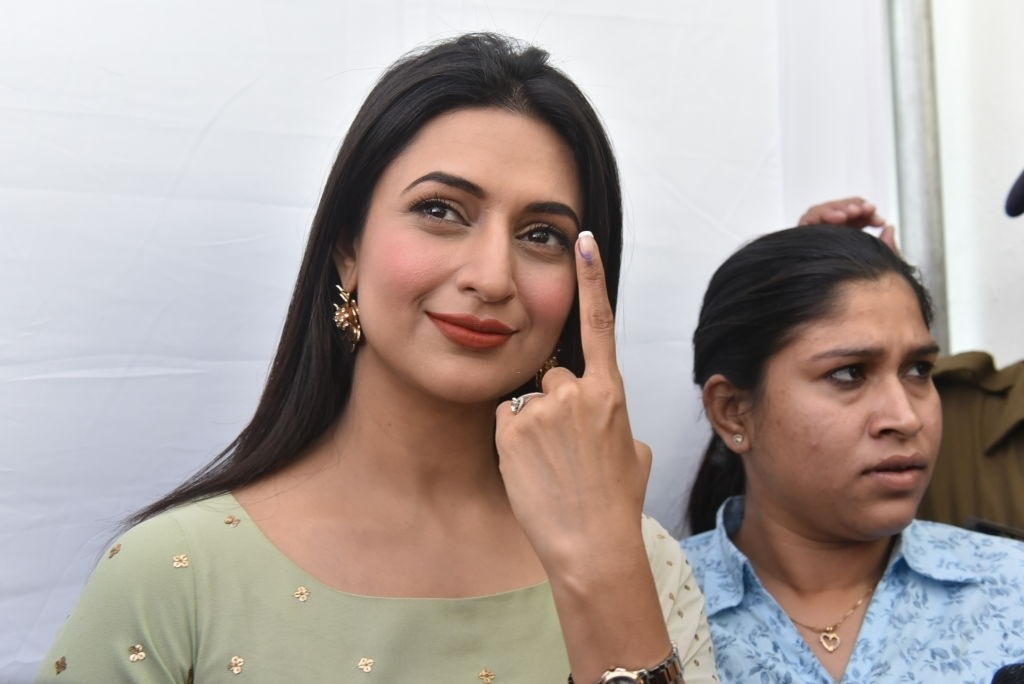 Divyanka Tripathi Calls Out Man For Throwing Puja Material In The Sea